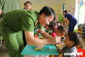 Chiến sĩ cảnh sát trẻ vượt đường xa, mang 400 suất cơm cho trẻ em nghèo Điện Biên