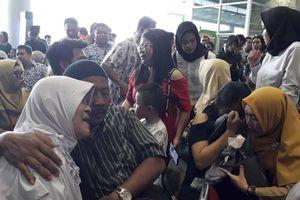 Máy bay JT610 Indonesia rơi: Người thân đau đớn chờ tin ở sân bay