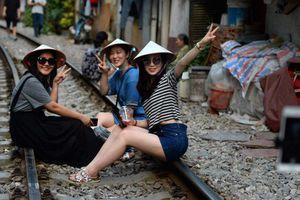 Điểm nóng 'tự sướng' ở các tuyến đường ray Hà Nội: Quá nguy hiểm