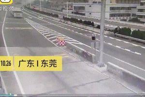 Đâm xe vào cột biển báo giữa đường, tài xế thoát chết ngoạn mục