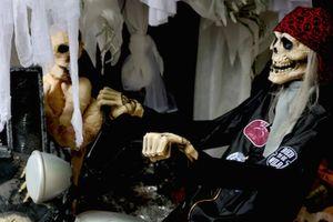 Đồ chơi ma quỷ bán tràn lan phố cổ Hà Nội trước ngày Halloween