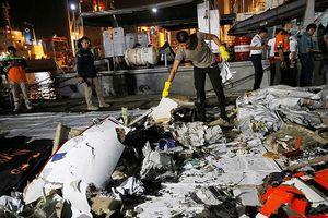 Một vụ đánh bom khiến máy bay của Indonesia rơi xuống biển?