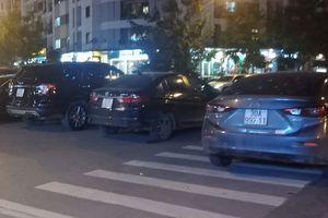 Nhân viên nhà hàng GoGi House hướng dẫn khách để xe… giữa đường?