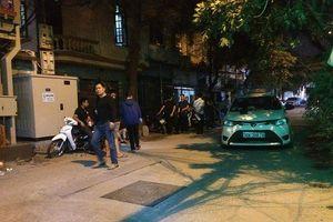 Tài xế taxi nằm bất động dưới đất sau va chạm với lái xe Mazda