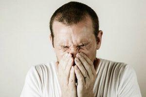 Người đàn ông 34 tuổi nhịn hắt hơi dẫn đến vỡ… cổ họng