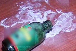 Mẹ pha thuốc diệt cỏ vào sữa cho 2 con nhỏ cùng uống để tự tử