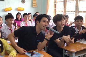 Clip: Siwon (Super Junior) và Jaemin (NCT Dream) thân thiện hát Hò Ba Lý cùng học sinh tại Kon Tum