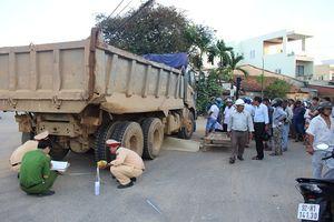 Xe tải cuốn xe máy vào gầm, người phụ nữ tử vong thương tâm