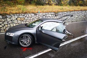 Audi R8 gãy đôi sau tai nạn, tài xế may mắn sống sót