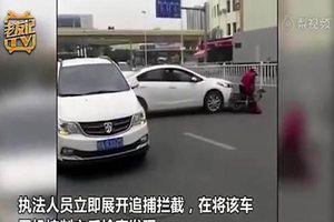 Bị cảnh sát yêu cầu dừng xe, tài xế tăng ga bỏ chạy kéo lê xe máy điện