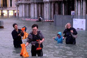 Thủy triều dâng cao, hầu hết Venice ngập sâu trong nước biển