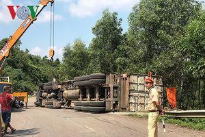 Container lật trên đèo Cùa, tài xế bị thương