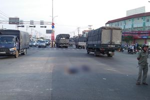 Va chạm với xe tải, cụ bà bán vé số chết thảm ở Sài Gòn