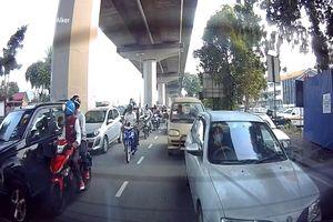 Hai thanh niên đập cửa kính, cướp giật túi xách trên ôtô