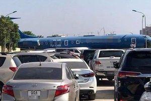 Thực hư hình ảnh 'máy bay nằm giữa đường tại Nội Bài'
