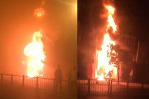 Ngọn lửa bao trùm quán bar trong đêm, người dân hốt hoảng tháo chạy