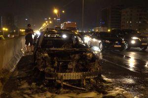 Hà Nội: Ô tô Mazda cháy trơ khung trên đường vành đai 3