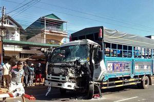 Xe khách đối đầu xe tải, gần 50 người may mắn thoát nạn