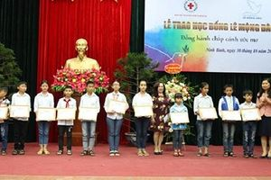 BẢN TIN TÌNH NGUYỆN: Ninh Bình trao học bổng cho học sinh nghèo