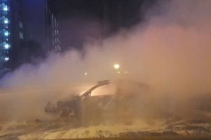 Hà Nội: Ô tô Mazda 3 bốc cháy nghi ngút, lái xe thoát chết