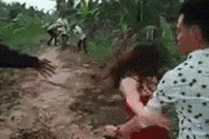 Xôn xao clip cô gái mặc váy đỏ bị ngã xuống mương vì say rượu, phải nhờ tới bạn trai cõng về