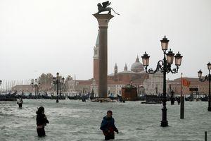 Thủy triều dâng cao bất thường, thành phố tình yêu Venice gần như biến mất trong nước