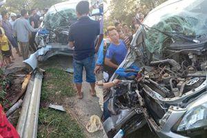 Xe Innova đâm xuyên hộ lan bên đường, bé trai 3 tuổi tử vong, nhiều người bị thương mắc kẹt bên trong