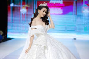 Cô dâu Phan Thị Mơ khoe khéo vòng 1 đầy ắp quyến rũ trong đầm cưới trắng muốt