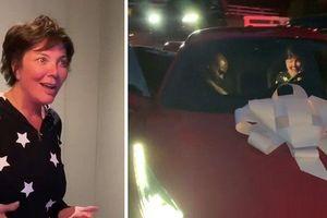 Chịu chơi như Kylie Jenner, mua hẳn xe Ferrari bạc tỷ tặng quà sinh nhật mẹ
