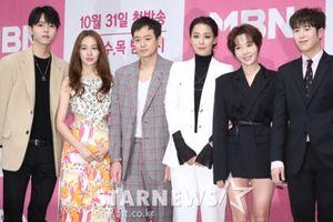 Họp báo 'Love Alert': Yoon Eun Hye khoe lưng trần bên Chun Jung Myung, P.O (Block B) và xin lỗi về scandal đạo nhái