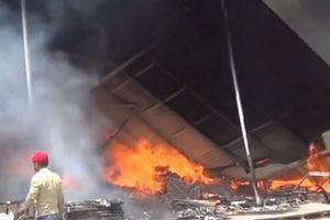 Bình Dương: Cháy lớn thiêu rụi 500 m2 xưởng sản xuất đệm mút