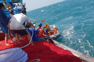 'Chạy đua' với siêu bão Yutu cứu 24 ngư dân gặp nạn