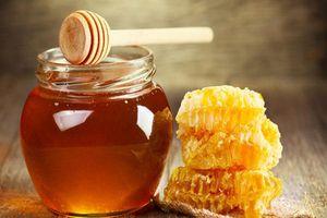 'Giải cứu' cho mái tóc khô vào mùa đông bằng mật ong