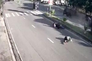 Hoảng hồn với clip người mẹ chở con gái nhỏ bị ô tô tông văng nhiều mét