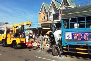 Xe khách chở gần 50 người đối đầu xe tải trên QL20