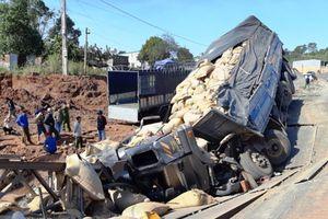 Xe tải đâm sập cầu tạm trên đường Hồ Chí Minh