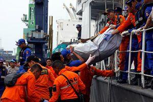 Indonesia 'chạy đua' thời gian tìm xác máy bay rơi xuống biển