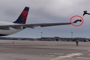 Hai máy bay chở khách va chạm tại sân bay Paris