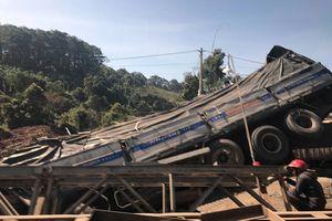 Xe tải mất lái tông sập cầu tạm trên quốc lộ 14