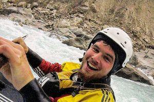 'Đứng tim' cảnh tượng vận động viên chèo thuyền kayak vượt thác nước cao gần 34 m