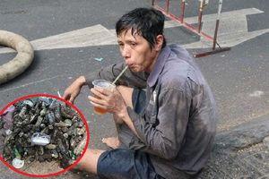 Nghẹn lòng với hình ảnh người công nhân nạo vét cống uống vội ly nước sau nhiều giờ dầm mình dưới dòng nước hôi thối dọn vệ sinh