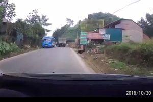 Clip: Thót tim cảnh xe máy luồn lách giữa xe khách và xe tải