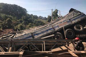 Xe tải mất lái tông sập cầu tạm trên đường Hồ Chí Minh rồi lao xuống suối