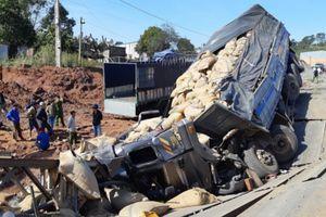Xe tải mất lái tông sập cầu tạm trên đường Hồ Chí Minh