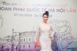 Mai Thu Huyền khoe vẻ đẹp không tuổi với đầm lông vũ ấn tượng