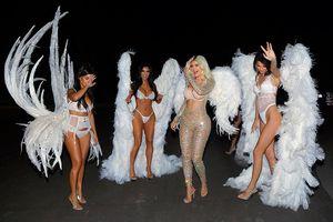 Chị em nhà Kardashians quyến rũ khi hóa trang thành thiên thần nội y