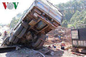 Xe tải chở cà phê tông sập cầu tạm trên Quốc lộ 14