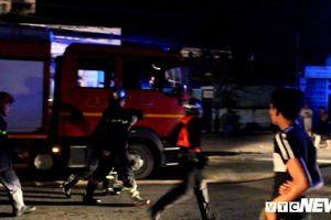 Gần trăm cảnh sát căng mình chữa cháy xưởng nệm, nội thất ở TP.HCM