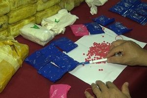 Hành khách mang chất nghi ma túy lên máy bay