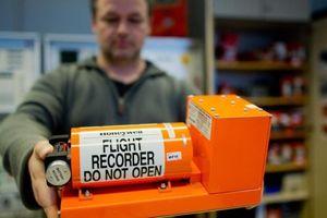 Vì sao lại gọi là hộp đen máy bay trong khi thiết bị có màu cam?